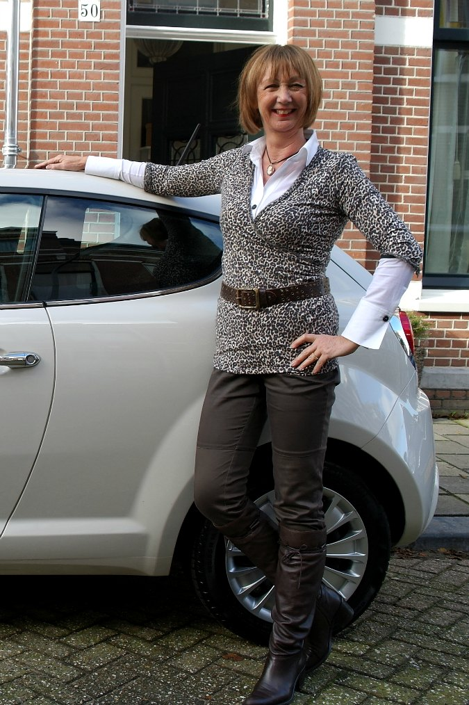 New car en leopard in outfit 9