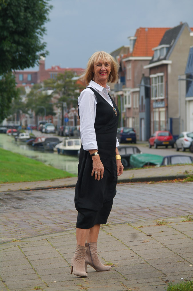 Black linnen dress with booties