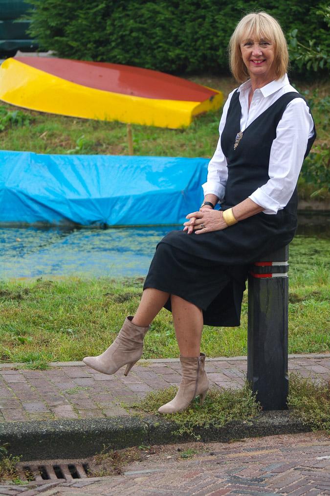 Black summer dress and booties (6 van 8)