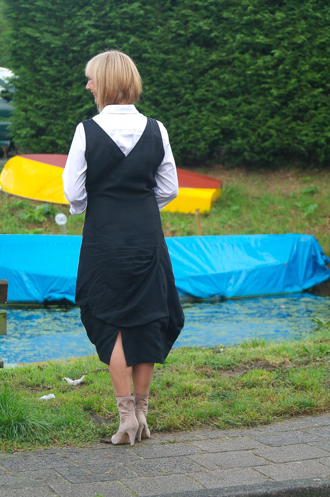 Black summer dress and booties (7 van 8)