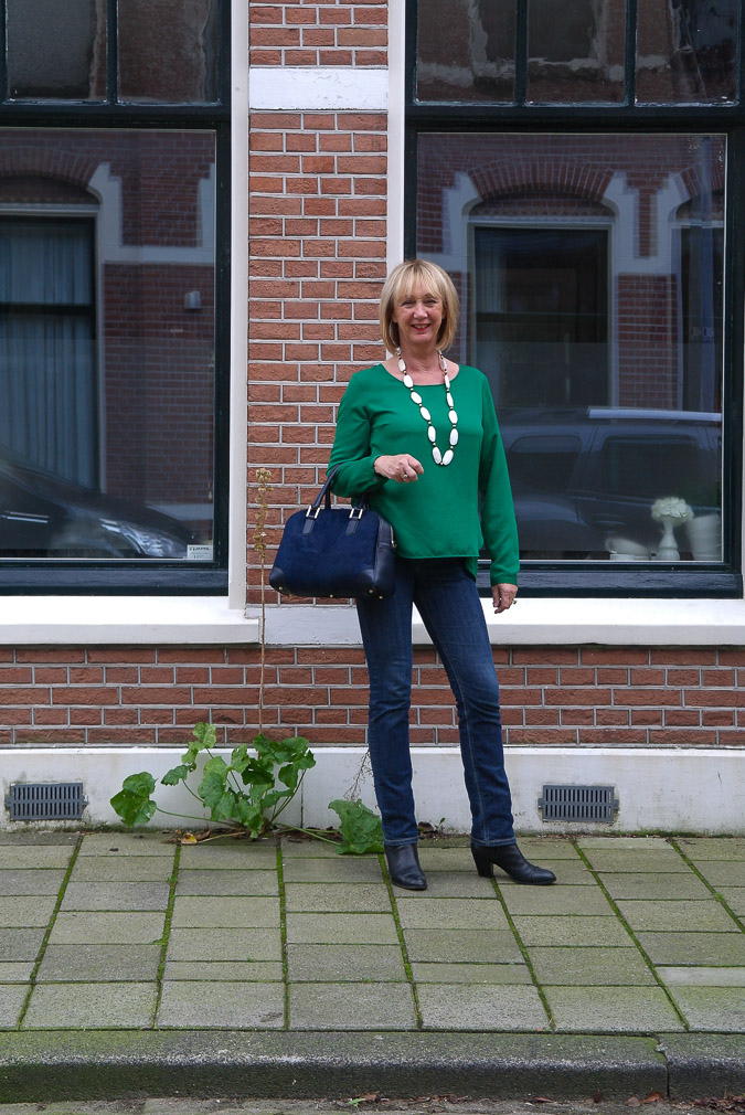Green blouse with jeans bag at arm (1 van 1)