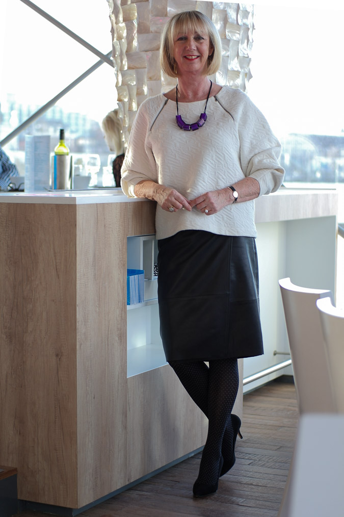 Black leather skirt white sweater purple necklace (2 van 11)