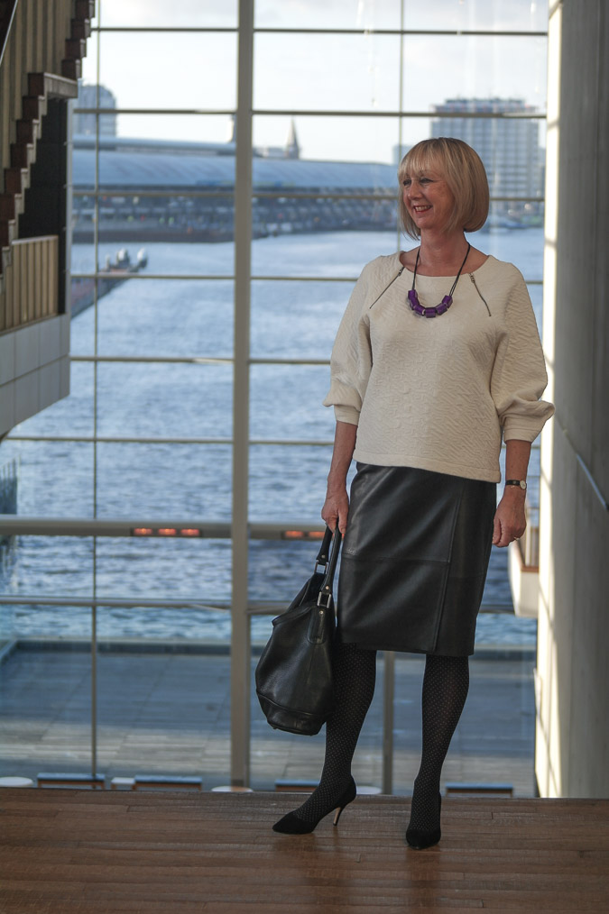 Black leather skirt white sweater purple necklace (9 van 11)