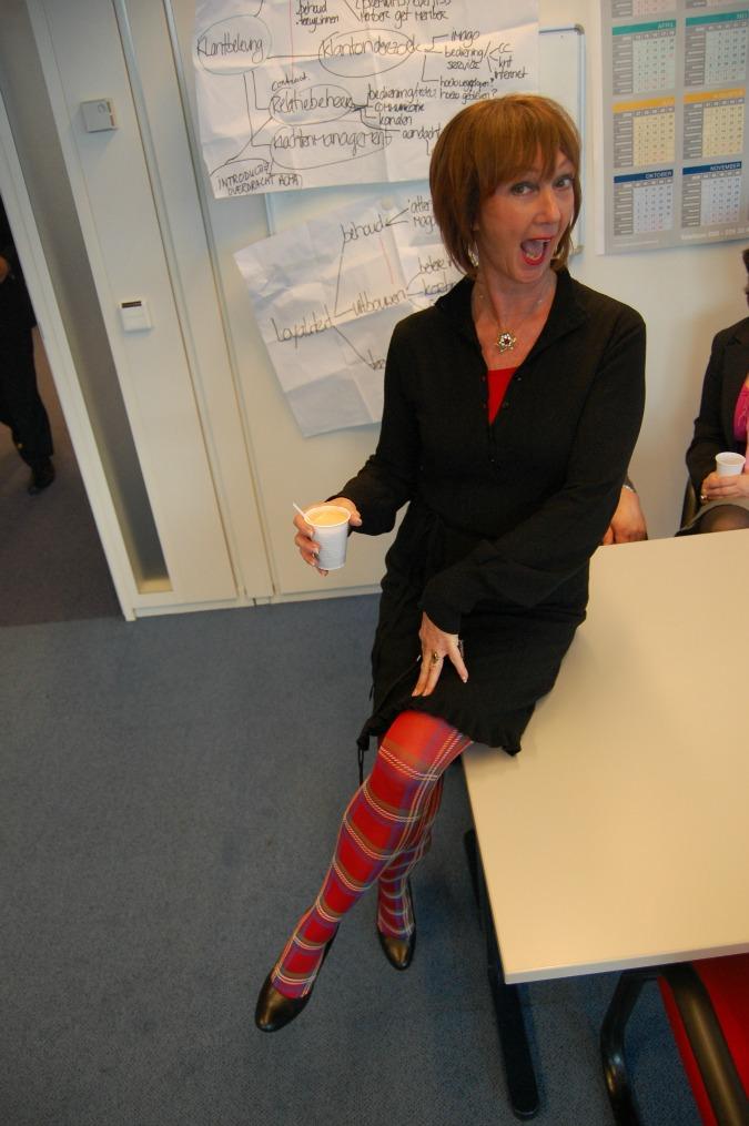 Greetje zwarte jurk en rood geblokte kousen verkleind