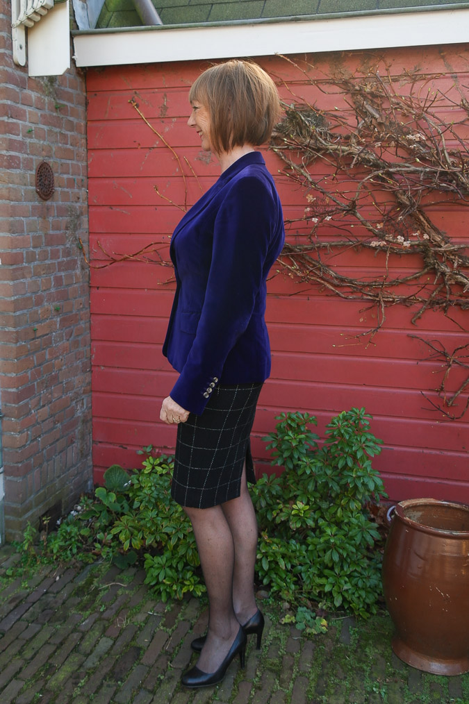 Purple jacket and black and white pencil skirt (3 van 4)