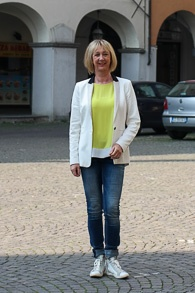 White tuxedo jacket, skinny jeans and sneakers (1 van 1)