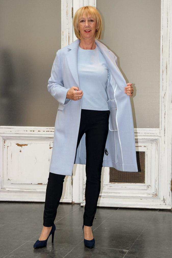 Blue sweater, blue coat, blue shoes (4 van 9)