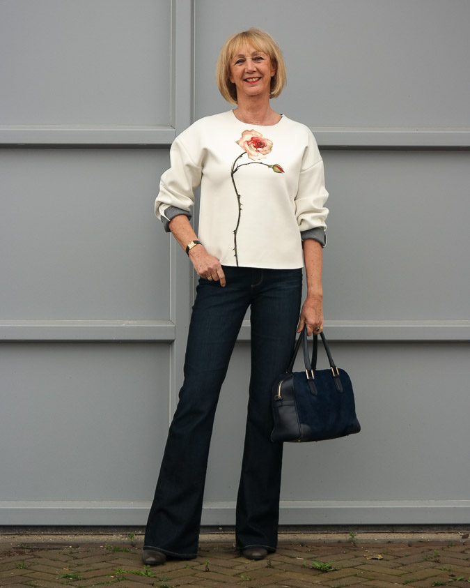 Flared jeans with flower sweater (11 van 14)