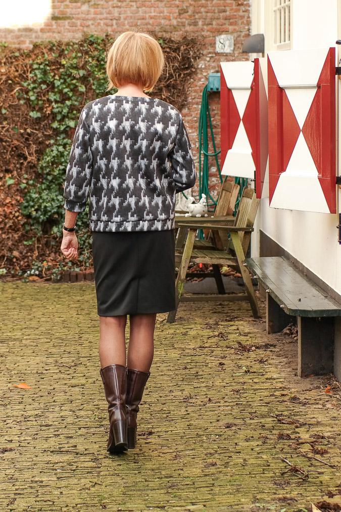 MM Green B&W sweater with black pencil skirt (6 van 10)