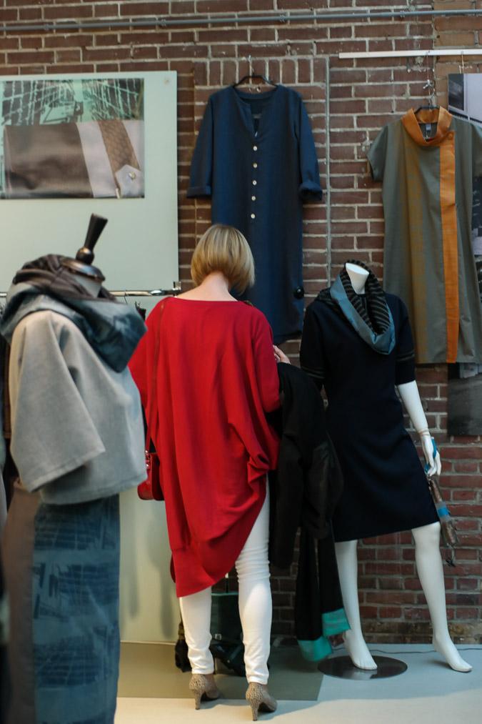 Foodhalls in red long tunic sweater (17 van 25)