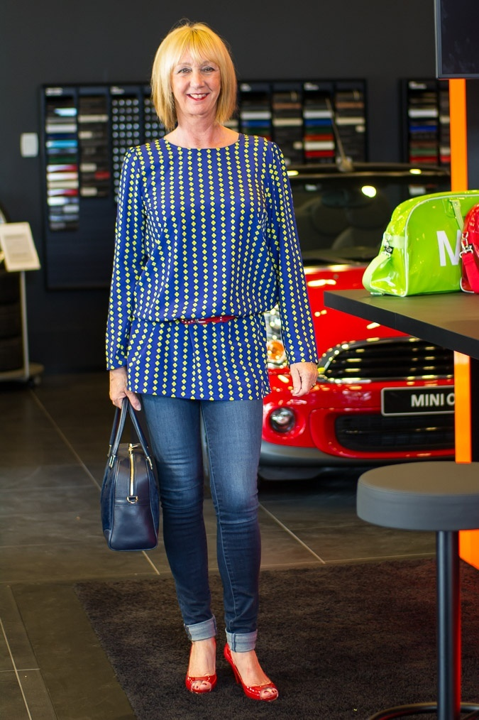 Skinny jeans, blue long top and red patent slingbacks