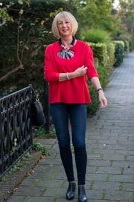 Red sweater Vanilia, black skinny jeans Weekend Max Mara, shooties Steffen Schraut
