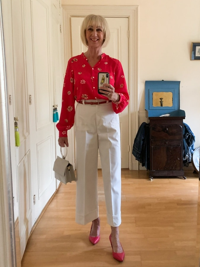 Outfit Saturday white trousers with fuchsia shirt