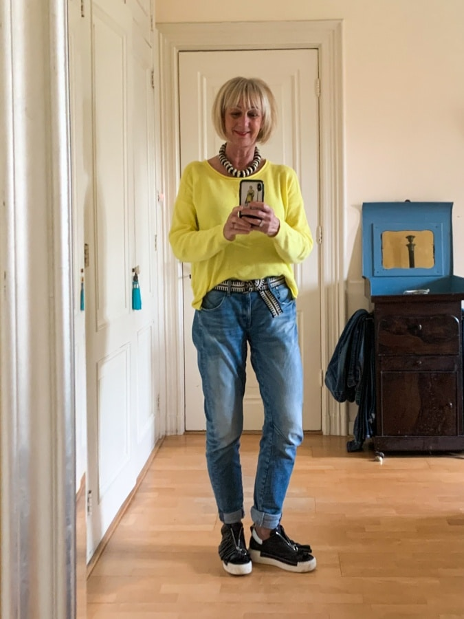 outfit Wednesday Yellow jumper, jeans and black and white accessories