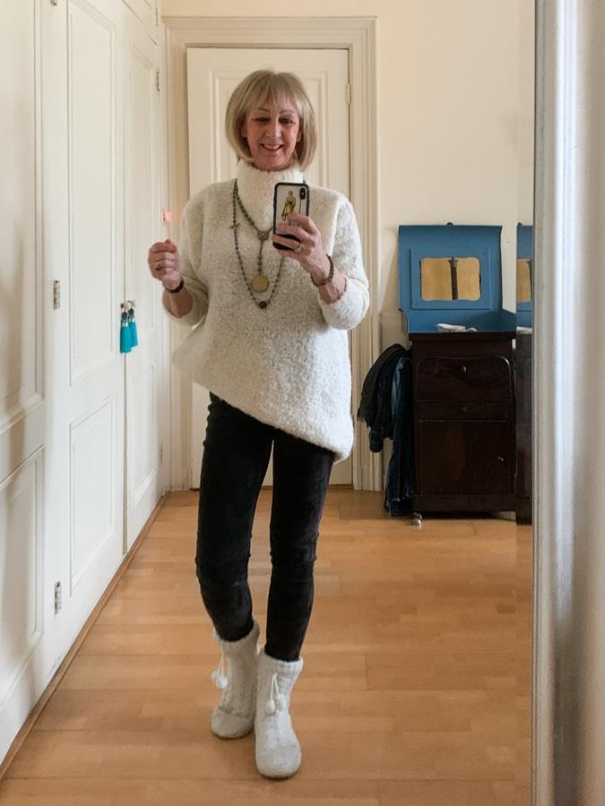 Oversized jumper on grey suede legging