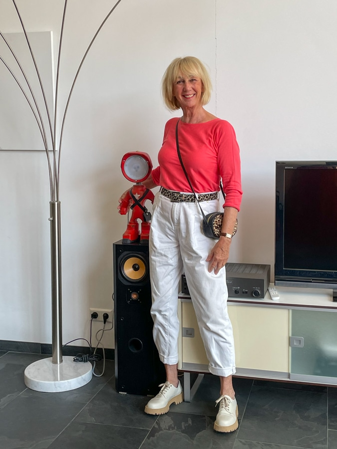 Coral jumper with white trousers in Leiden