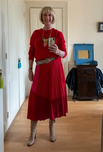 Red and pink pleated skirt with the belt the right way