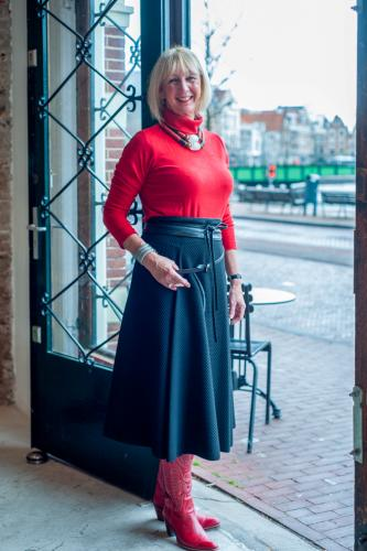 Wide black midi skirt with red turtle neck (Uniqlo)